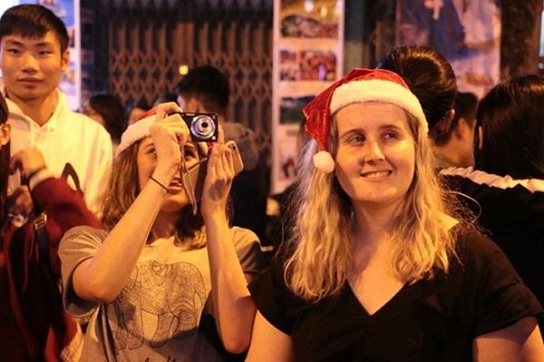 Giáng sinh tại Hà Nội có gì thú vị với du khách nước ngoài?